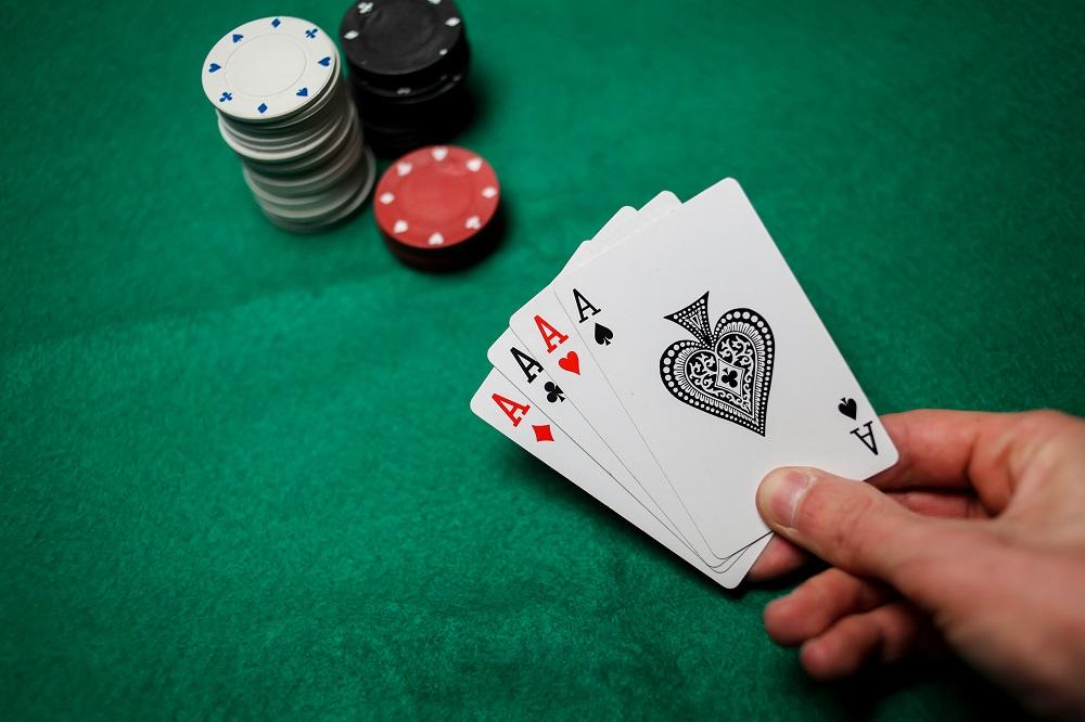 Cum ne familiarizam cu maninle si regulile la Texas Holdem