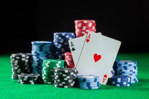 Cand este recomandat sa joci o mana agresiv la poker