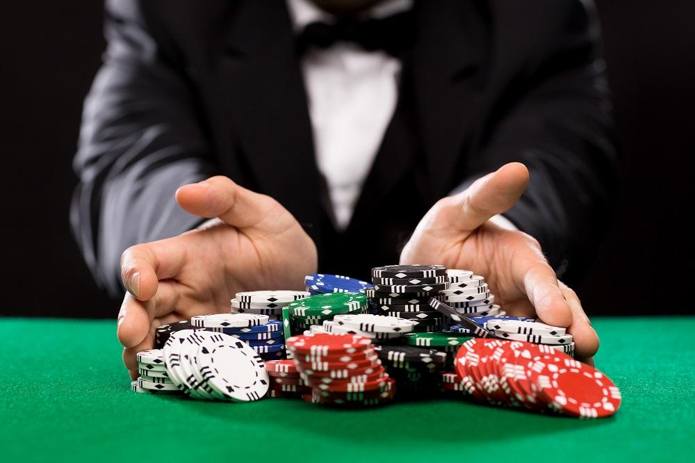 Cateva maini care se joca la poker dupa reguli la castig