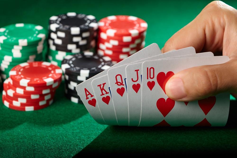 De regula cele mai multe maini de poker sunt cele slabe