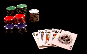 Mana de cacealma trebuie sa aiba victima sa la masa de poker