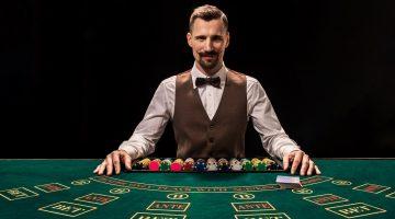 Pozitia la masa de poker este importanta pentru strategie